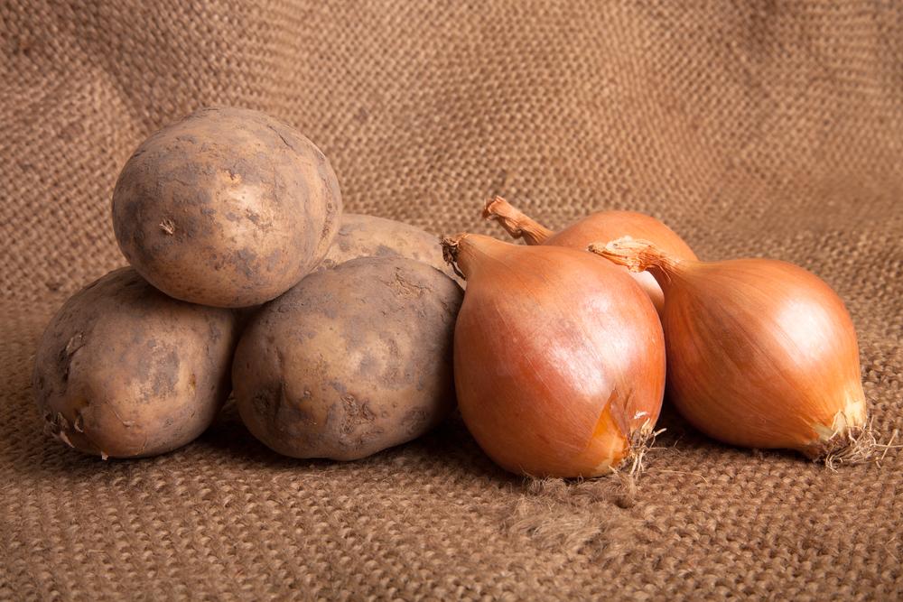 Μην αποθηκεύετε τις πατάτες μαζί με τα κρεμμύδια!