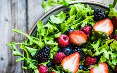 Σαλάτα ρόκα με φράουλες και ταχίνι